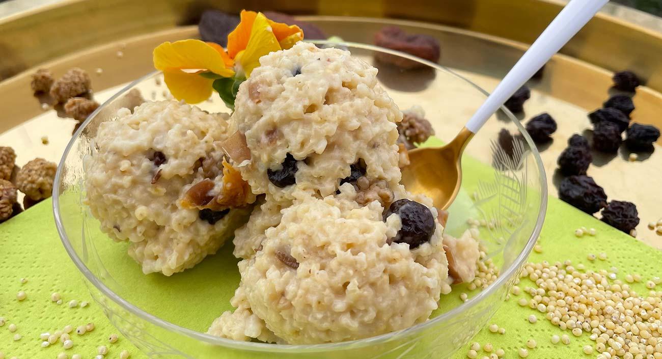 Porridge de millet doré aux fruits sucrés