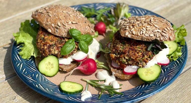 pikante-reis-tofu-burger-mit-aromatischen-gartenkraeutern